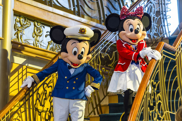 Mickey and Minnie Mouse pose in Italian-themed costumes