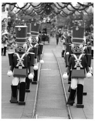 Anciennes Parades des Resorts Américains Christmasparadetoysoldier2