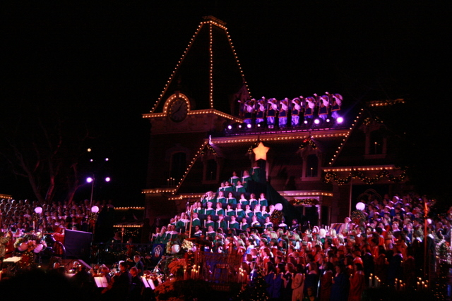 Living Christmas Tree at 2008 Disneyland Candlelight Processional. Photo by Karl Buiter.