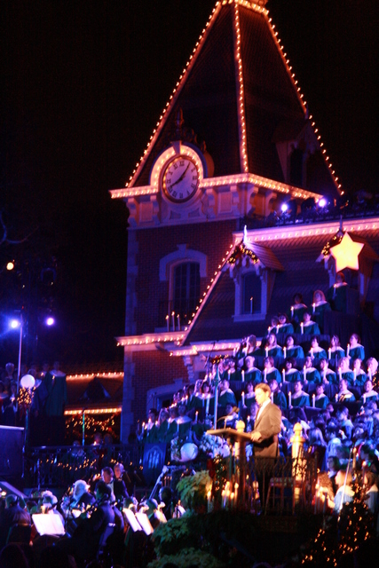 John Stamos narrates the story of Christmas at the 2008 Disneyland Candlelight Processional. Photo by Karl Buiter.
