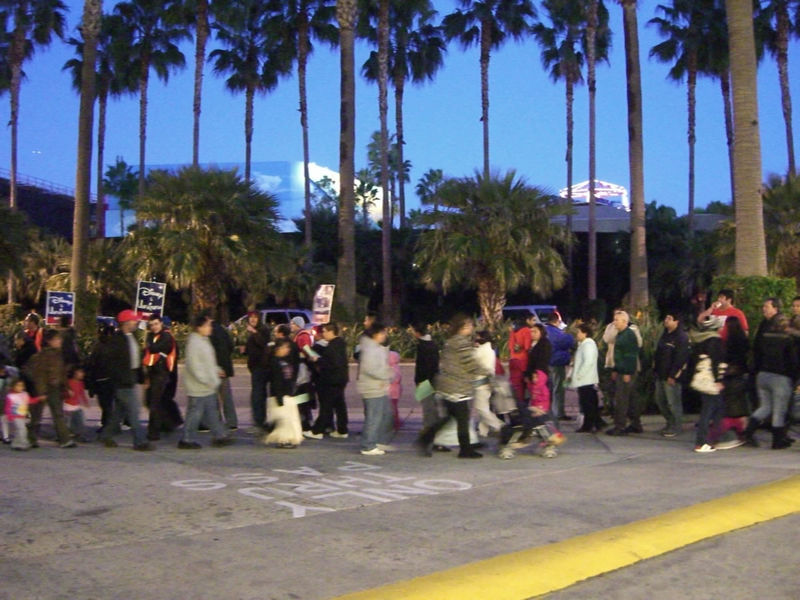 Members of Unite HERE Local 11 protest outside the Paradise Pier Hotel. Photo by Adrienne Vincent-Phoenix.